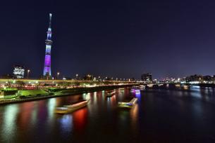 東京スカイツリーと隅田川に浮かぶ屋形船の夜景の写真素材 [FYI04857096]