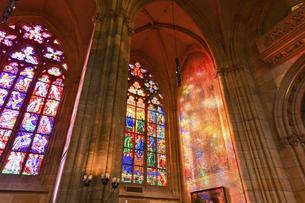 チェコ 聖ヴィート教会のステンドグラスの写真素材 [FYI04857100]