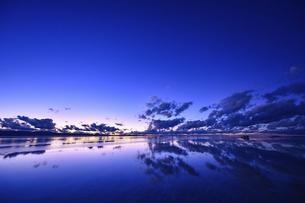 日の出前のウユニ塩湖の写真素材 [FYI04857124]