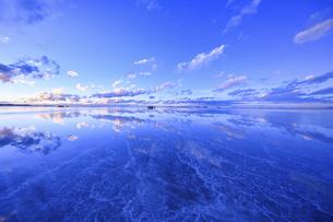 ウユニ塩湖の朝の写真素材 [FYI04857127]