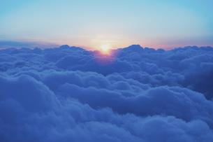 旅客機の窓からの夕景の写真素材 [FYI04857371]
