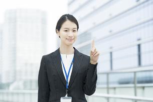 人差し指を立てるアジア人の若いビジネスウーマンの写真素材 [FYI04857402]