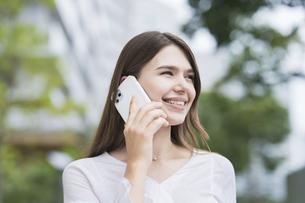 スマートフォンで通話する女性の写真素材 [FYI04857404]