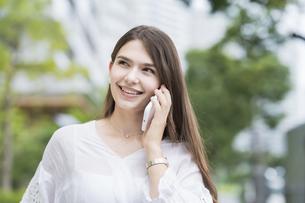 スマートフォンで通話する女性の写真素材 [FYI04857407]