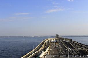 東京湾横断道路「アクアライン」にある人工島のパーキングエリア「海ほたる」の風景の写真素材 [FYI04857437]
