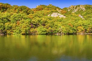 【香川県 小豆島】猪谷池からみる秋の寒霞渓の写真素材 [FYI04857447]