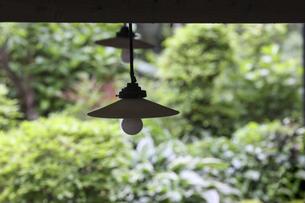 軒先に吊るされたレトロな電灯の写真素材 [FYI04857529]