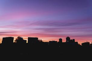都会から見た夕焼けの写真素材 [FYI04857637]