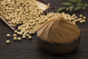 味噌と大豆の写真素材 [FYI04857812]