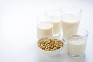 大豆と豆乳の写真素材 [FYI04857849]