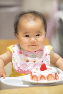 1歳の誕生日ケーキを食べる子供の写真素材 [FYI04857902]