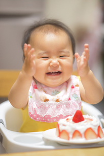 1歳の誕生日ケーキを食べる子供の写真素材 [FYI04857903]