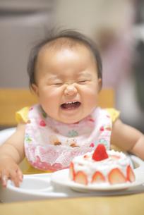1歳の誕生日ケーキを食べる子供の写真素材 [FYI04857904]