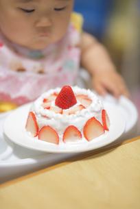 1歳の誕生日ケーキを食べる子供の写真素材 [FYI04857905]