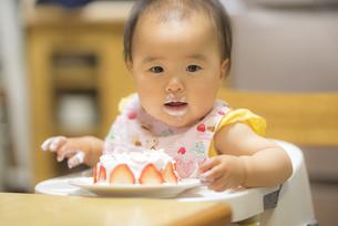1歳の誕生日ケーキを食べる子供の写真素材 [FYI04857908]