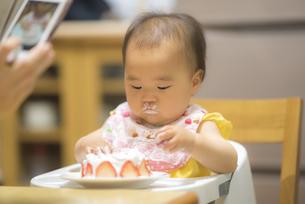 1歳の誕生日ケーキを食べる子供の写真素材 [FYI04857910]
