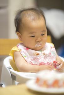 1歳の誕生日ケーキを食べる子供の写真素材 [FYI04857914]