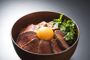 ローストビーフ丼の写真素材 [FYI04857920]