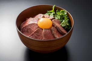ローストビーフ丼の写真素材 [FYI04857921]
