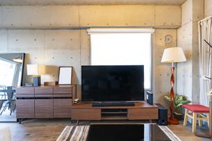 リビングルームに置かれた大型ディスプレイの写真素材 [FYI04857989]