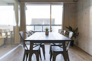 リビングルームの窓際に置かれたテーブルの写真素材 [FYI04857992]