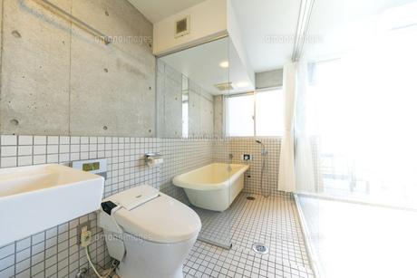 ガラスで仕切られたトイレとバスルームの写真素材 [FYI04857996]