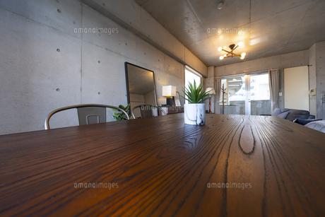 リビングルームに置かれた木目のテーブルの写真素材 [FYI04858010]