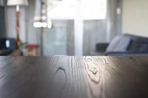 リビングルームに置かれた木目のテーブルの写真素材 [FYI04858011]
