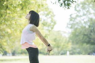 運動中に深呼吸をする女性の写真素材 [FYI04858036]