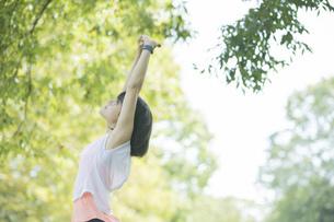 運動中に深呼吸をする女性の写真素材 [FYI04858037]