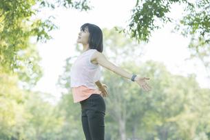 運動中に深呼吸をする女性の写真素材 [FYI04858039]
