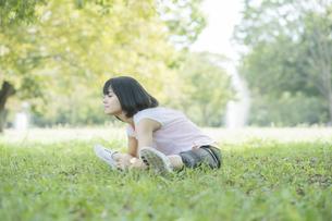 運動中に深呼吸をする女性の写真素材 [FYI04858041]