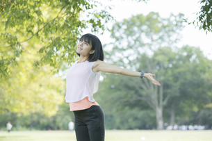 運動中に深呼吸をする女性の写真素材 [FYI04858042]