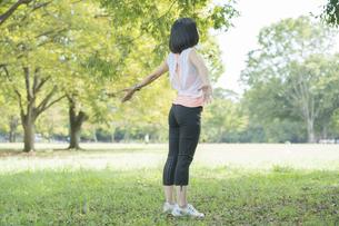 運動中に深呼吸をする女性の写真素材 [FYI04858043]