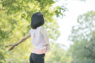 運動中に深呼吸をする女性の写真素材 [FYI04858044]