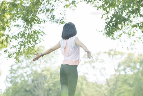 運動中に深呼吸をする女性の写真素材 [FYI04858045]