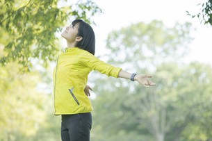 運動中に深呼吸をする女性の写真素材 [FYI04858046]