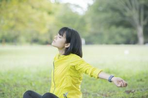 運動中に深呼吸をする女性の写真素材 [FYI04858047]