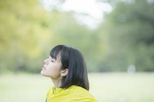 運動中に深呼吸をする女性の写真素材 [FYI04858048]
