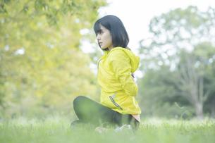 運動中に深呼吸をする女性の写真素材 [FYI04858050]