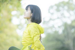 運動中に深呼吸をする女性の写真素材 [FYI04858051]