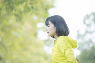 運動中に深呼吸をする女性の写真素材 [FYI04858052]