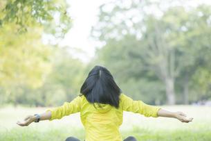 運動中に深呼吸をする女性の写真素材 [FYI04858053]