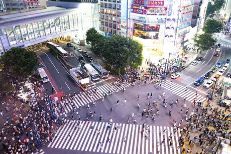渋谷スクランブル交差点の写真素材 [FYI04858060]