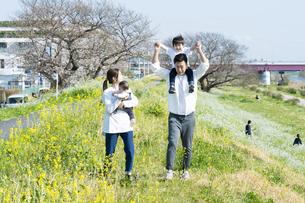 笑顔で散歩する親子4人の写真素材 [FYI04858094]