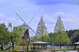 あけぼの山農業公園内にある風車と東屋と木々と園内を巡る人々の写真素材 [FYI04858097]