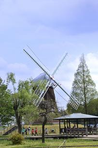 あけぼの山農業公園内にある風車と東屋と木々と園内を巡る人々の写真素材 [FYI04858098]