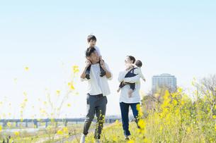 笑顔で散歩する親子4人の写真素材 [FYI04858101]