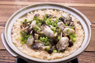 土鍋で牡蛎ごはんの写真素材 [FYI04858430]