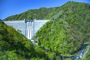新緑の長井ダムの写真素材 [FYI04858565]